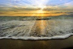 Rayons de coucher du soleil d'océan Photographie stock