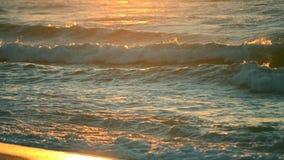 Rayons de l'arrangement ou du Soleil Levant avec des vagues de mer sur la fin de rivage  banque de vidéos