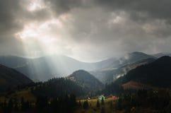 Rayons de lumière dans les montagnes images stock