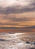 Rayons de lumière du soleil au-dessus des ondes d'océan Image libre de droits