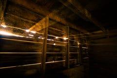 Rayons de lumière du soleil dans la grange Photos libres de droits