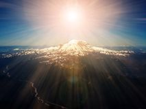 Rayons de lumière du soleil merveilleux au-dessus de crête de montagne Photos libres de droits