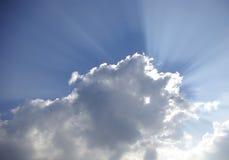 Rayons de lumière du soleil par des nuages image stock