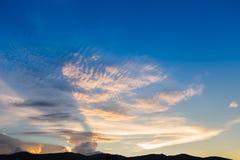 Rayons de lumière et d'ombre de Sun en ciel de soirée Photo libre de droits