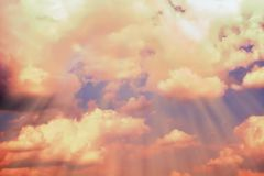 Rayons de lumière faire leur voie par les nuages foncés Fond naturel abstrait vif Ciel orange images libres de droits