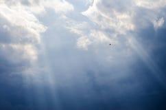 Rayons de lumière par les nuages dans le ciel Photo libre de droits