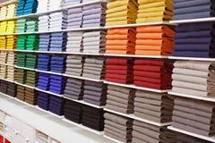 Rayons de magasin colorés de mode d'insade de chemises images stock