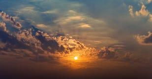 Rayons de panorama des nuages dramatiques du soleil Photos stock