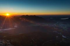 Rayons de soleil au coucher du soleil dans les alpes autrichiennes Photos stock