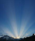 Rayons de soleil au-dessus des montagnes Photos libres de droits