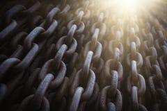 Rayons de soleil de concept d'espoir au-dessus du mur à chaînes Images stock