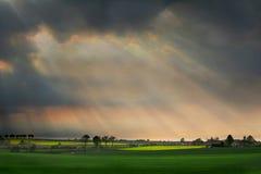 Rayons de soleil entre les nuages Images libres de droits