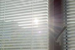 Rayons de soleil faisant leur voie par les abat-jour Photographie stock libre de droits