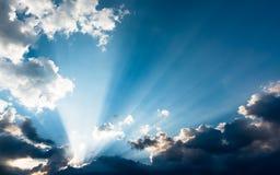 Rayons de soleil par derrière les nuages photographie stock libre de droits