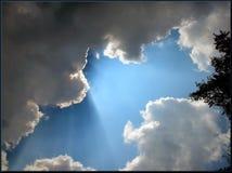 Rayons de soleil par des nuages Photographie stock
