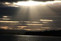 Rayons de soleil par les nuages Images libres de droits