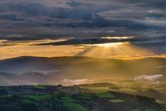 Rayons de soleil par les nuages au coucher du soleil Photos libres de droits
