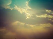 Rayons de soleil par les nuages foncés image libre de droits