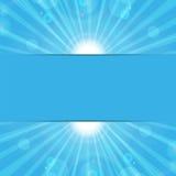 Rayons de soleil sur un fond bleu Image stock