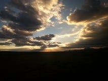 Rayons de Sun à la vue de crépuscule du train Image libre de droits