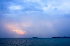 Rayons de Sun au-dessus de la mer crépusculaire photo libre de droits