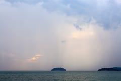 Rayons de Sun au-dessus de la mer crépusculaire photos stock
