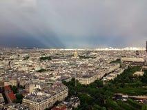 Rayons de Sun au-dessus de Paris après tempête photographie stock