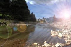 Rayons de Sun au-dessus de rivière de montagne Photo stock
