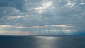 Rayons de Sun au-dessus de Mer Adriatique Croatie banque de vidéos