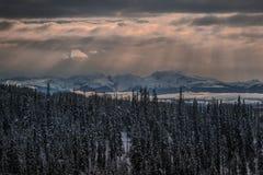 Rayons de Sun d'hiver de montagnes de Telkwa Images stock