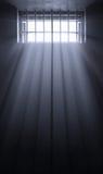 Rayons de Sun en cellule de prison foncée Photo stock