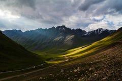 Rayons de Sun en montagnes Photographie stock libre de droits