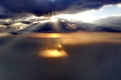 Rayons de Sun par les nuages Photo stock