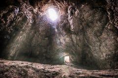 Rayons des lumières au milieu de la caverne Images stock