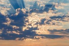 Rayons des nuages dramatiques du soleil Photographie stock