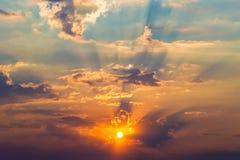 Rayons des nuages dramatiques du soleil Photos libres de droits