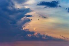 Rayons des nuages dramatiques du soleil Photo libre de droits
