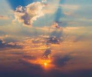 Rayons des nuages dramatiques du soleil Photographie stock libre de droits
