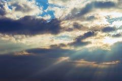 Rayons des nuages dramatiques du soleil Image stock