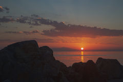 Rayons du coucher du soleil parmi les pierres Photo libre de droits