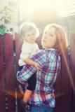 Rayons du soleil d'enfant de mère photographie stock libre de droits