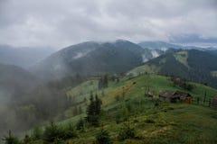 Rayons du soleil de brouillard de rosée de matin en montagnes photographie stock libre de droits