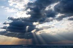 Rayons et nuages photographie stock libre de droits
