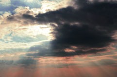 Rayons et nuages noirs 01 de Sun Images libres de droits