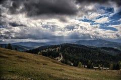 Rayons splendides du soleil par des nuages image libre de droits