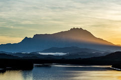 Rayons sur le mont Kinabalu Images stock