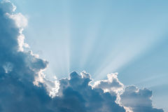 Rayons surréalistes du soleil. Images stock