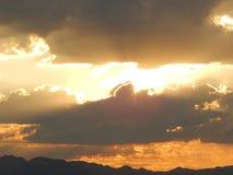 Rayos únicos de Sun sobre el desierto de Mojave fotografía de archivo