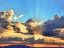 Rayos asombrosos de Sun sobre el desierto de Mojave imagen de archivo