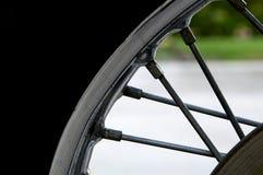 Rayos, borde y neumático de la motocicleta Fotografía de archivo